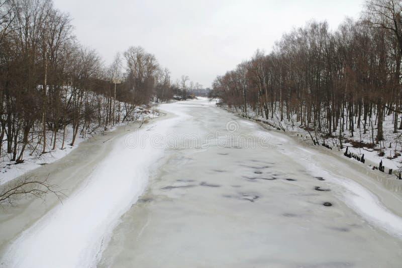 Rio congelado e gelo-coberto do inverno fotos de stock