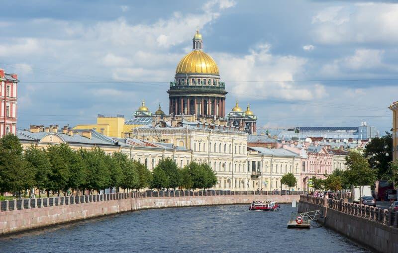 Rio da catedral e do Moyka do ` s do St Isaac, St Petersburg, Rússia foto de stock royalty free
