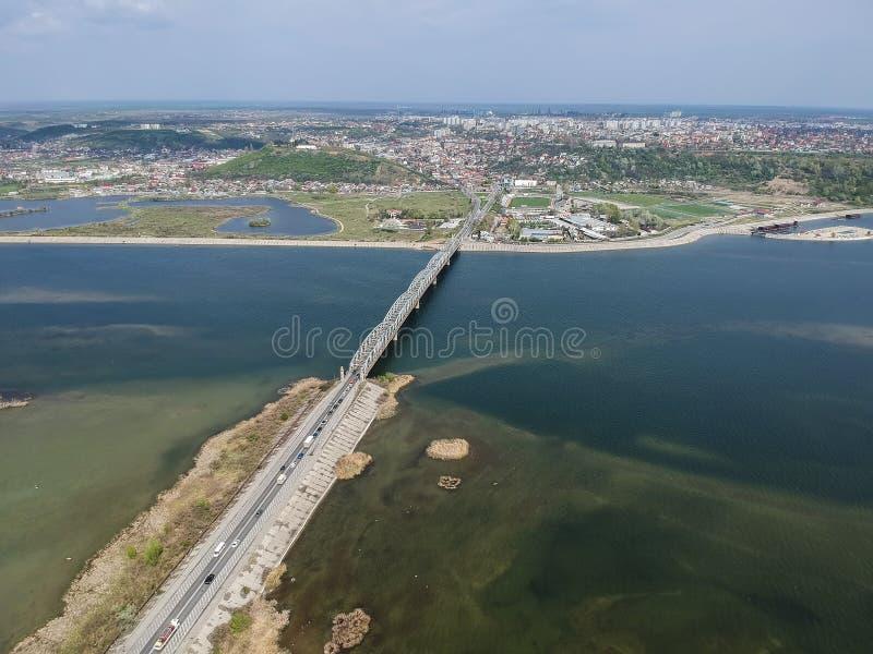 Rio da cidade e do Olt de Slatina, Romênia, vista aérea foto de stock royalty free