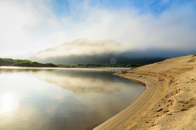 Rio da curva com névoa nebulosa da montanha imagem de stock