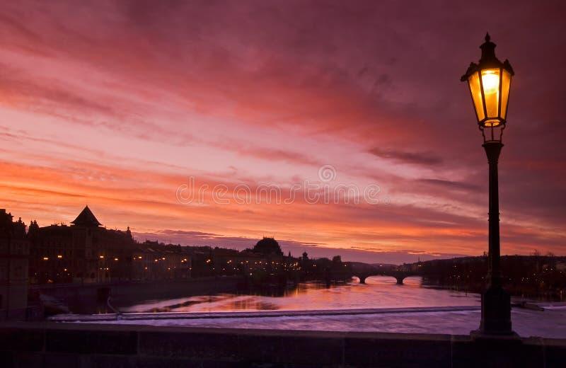 Rio da lâmpada e do Vltava no por do sol imagens de stock royalty free