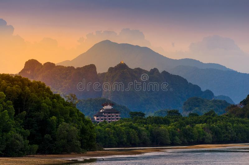 Rio da luz do rio da montanha em Krabi, natureza da beleza da atmosfera de Tailândia Tiger Cave Temple imagem de stock royalty free