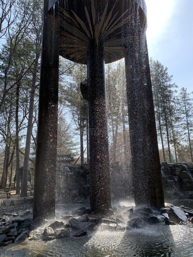 Rio da luz do sol da rocha do tanque da cachoeira fotos de stock