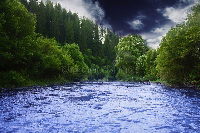 Rio da montanha antes da tempestade Cena dramática Natureza bonita fotografia de stock royalty free