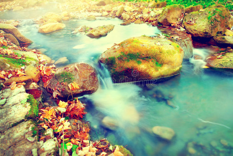 Rio da montanha com pedras imagens de stock royalty free