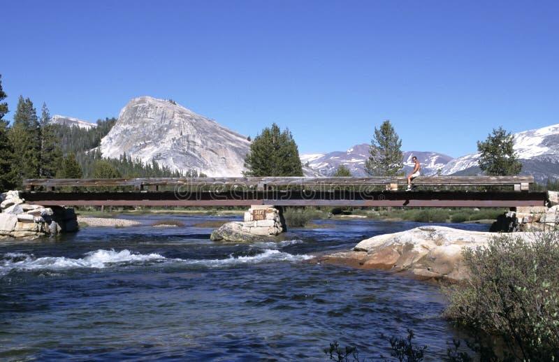 Rio da montanha com ponte imagens de stock