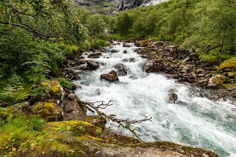 Rio da montanha com uma cachoeira em Noruega Paisagem de Noruega imagem de stock