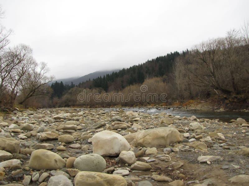 Rio da montanha da maré baixa no final do outono imagem de stock
