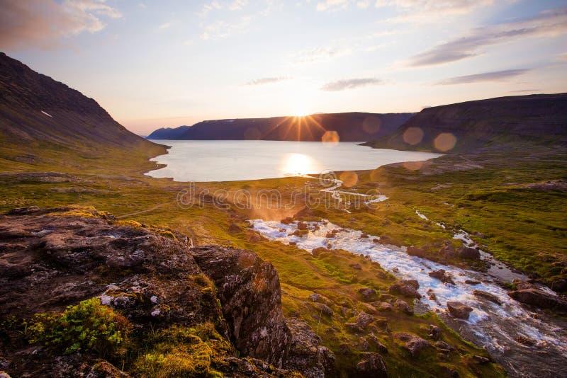 Rio da montanha no por do sol islândia fotos de stock