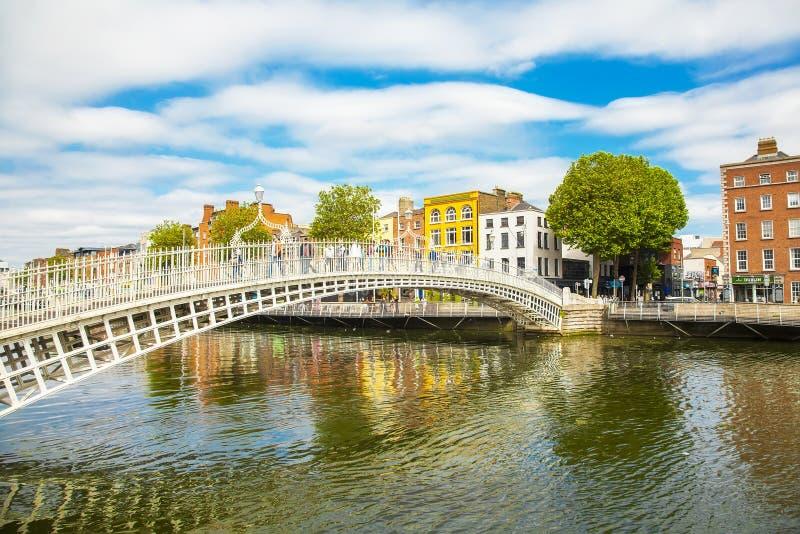 Rio da ponte e do Liffey do halfpenny, Dublin foto de stock