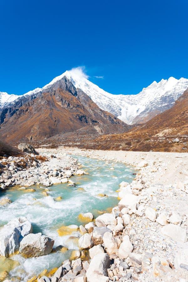 Rio das rochas das montanhas dos Himalayas de Langtang Lirung fotografia de stock royalty free
