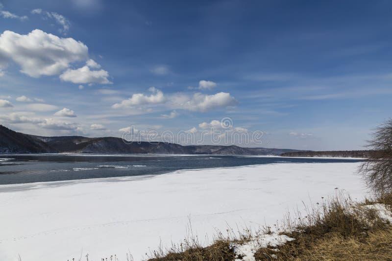 Rio de Angara no inverno Ruínas da igreja velha a Rússia, Sibéria imagens de stock royalty free