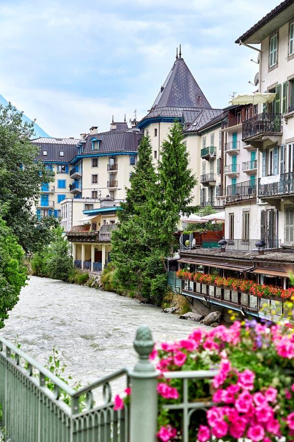 Rio de Arve e construções de Chamonix fotografia de stock