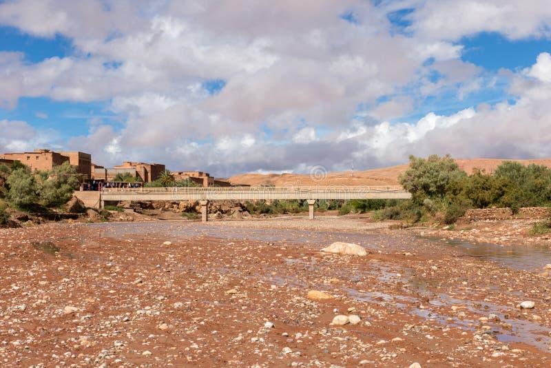 Rio de Asif Ounila perto do kasbah AIT ben Haddou fotos de stock