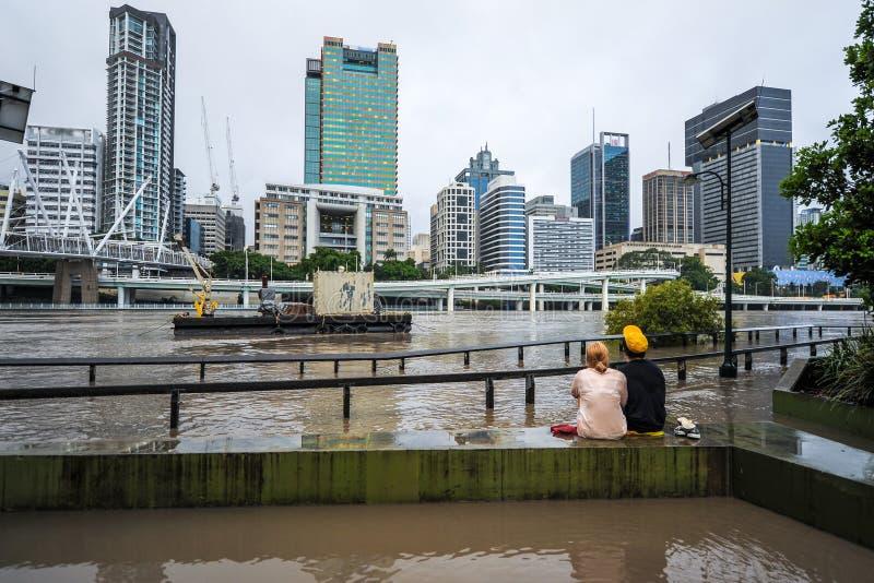 Rio de Brisbane durante o evento de inundação grande foto de stock