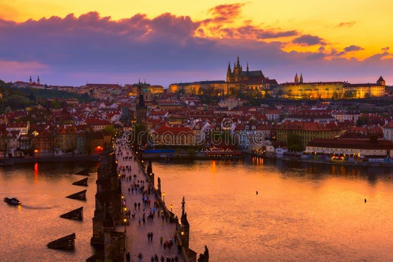 Rio de Charles Bridge (Karluv mais), do castelo de Praga (hrad de Prazsky) e do Vltava em Praga Verifique a república imagem de stock royalty free