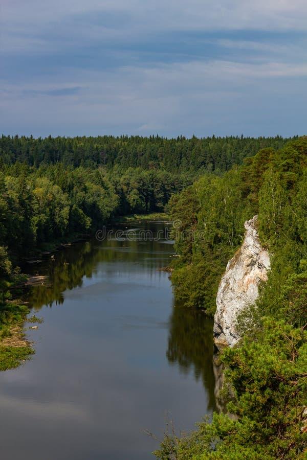 Rio de Chusovaya na vila de Sloboda na região de Sverdlovsk fotos de stock