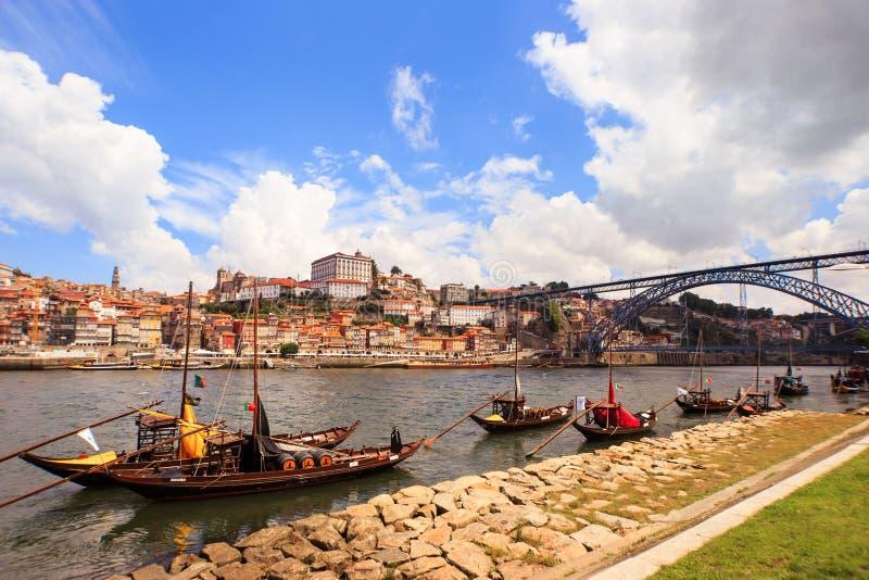 Rio de Douro e barcos tradicionais com os tambores de vinho em Porto, Po fotos de stock royalty free