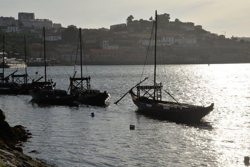 Rio de Duoro em Porto, Portugal Barcos tradicionais no por do sol imagem de stock royalty free