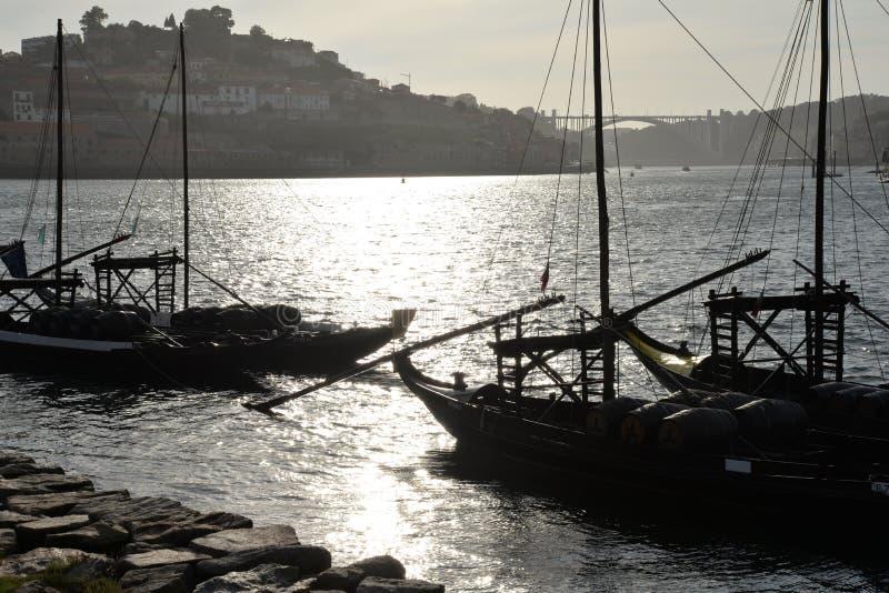 Rio de Duoro em Porto, Portugal Barcos tradicionais no por do sol imagem de stock