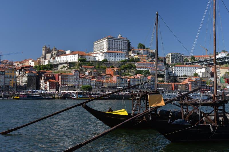 Rio de Duoro em Porto, Portugal Quarto de Ribeira e skyline da cidade imagens de stock royalty free