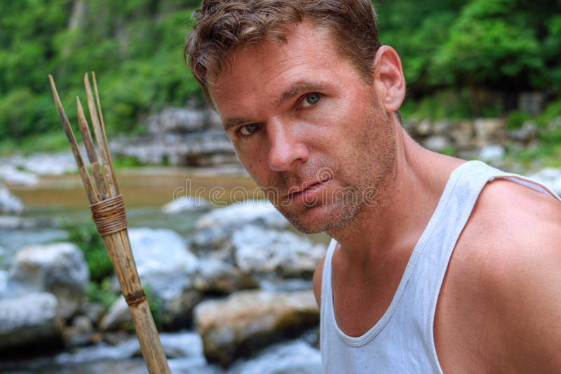 Rio de exploração da selva do homem da aventura foto de stock