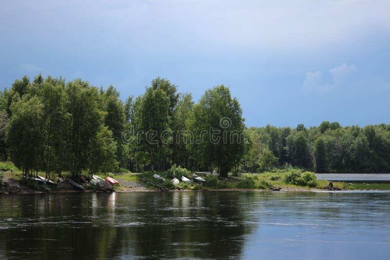 Rio de Finlandia, puro e limpo no verão fotos de stock