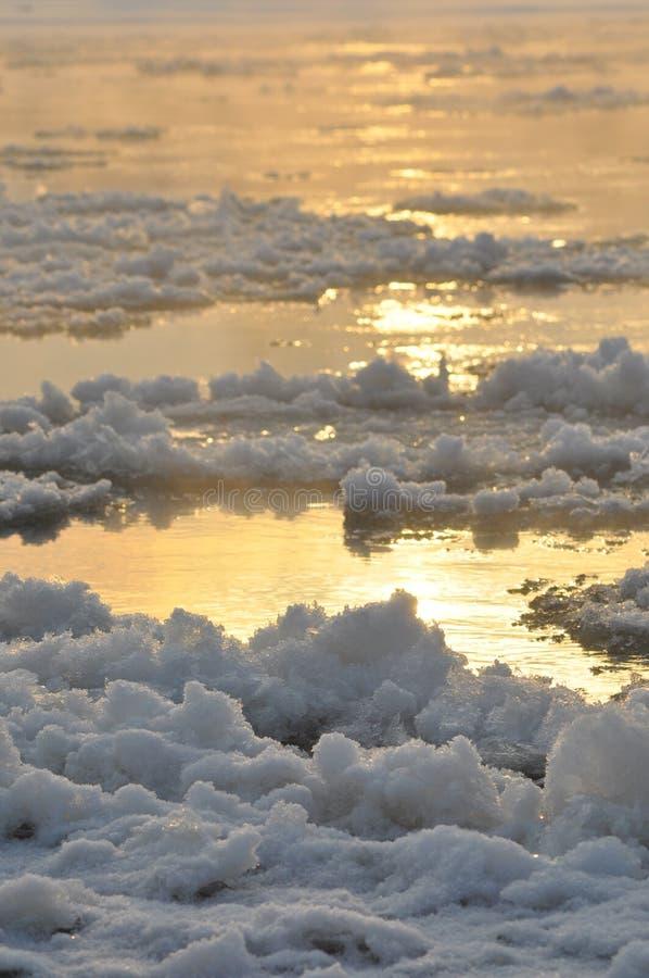 Rio de fluxo da banquisa O meio do inverno O leito fluvial Baixas temperaturas no dia gelado imagens de stock