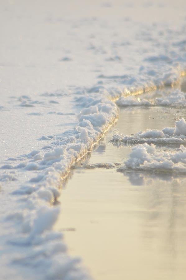 Rio de fluxo da banquisa O meio do inverno O leito fluvial Baixas temperaturas no dia gelado fotografia de stock royalty free