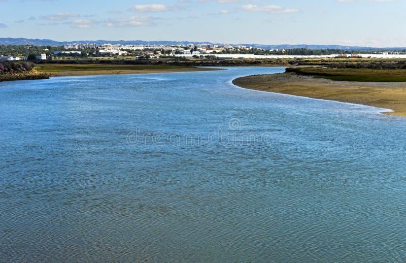Rio de Gilao, vista para Tavira das águas de Quatro, Portugal fotos de stock