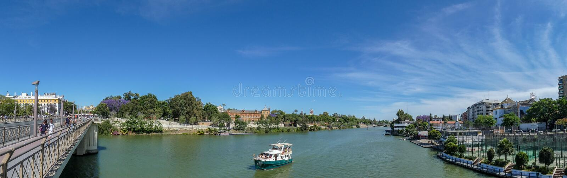 Rio de Guadalquivir em Sevilha, rio de Spain Vista panor?mico fotografia de stock