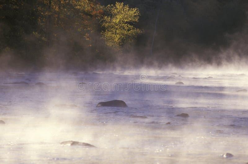 Rio de Housatonic com névoa da manhã, Connecticut imagem de stock royalty free