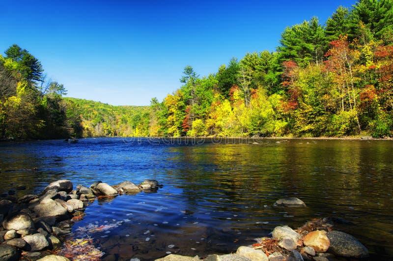 Rio de Housatonic no outono de Connecticut da ponte de Cornualha fotografia de stock