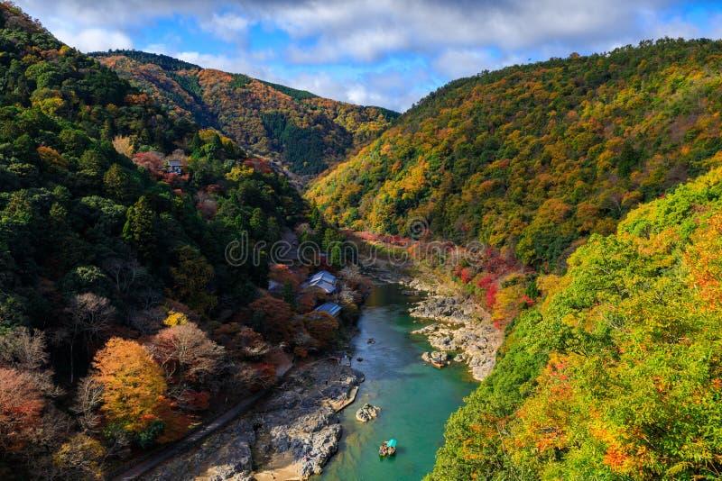 Rio de Hozu na opinião do outono do ponto de opinião de Arashiyama, Kyoto, Jap fotografia de stock