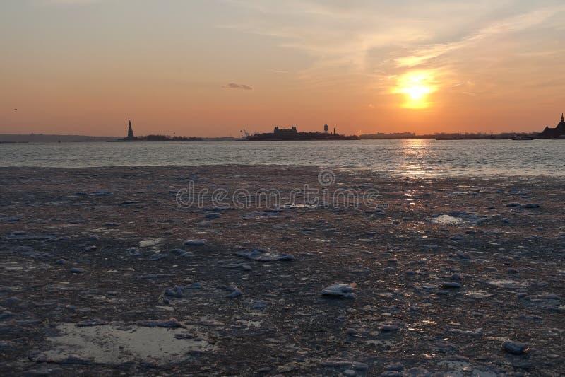 Rio de Hudson congelado sob o por do sol de NYC foto de stock