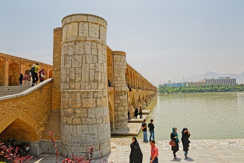 Rio de Isfahan Zayandeh da ponte de Khaju imagem de stock royalty free