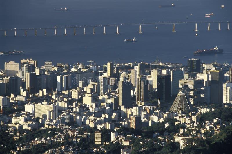 Rio De Janeiro środkowy okręg i Niteroi most, Brazylia obrazy royalty free