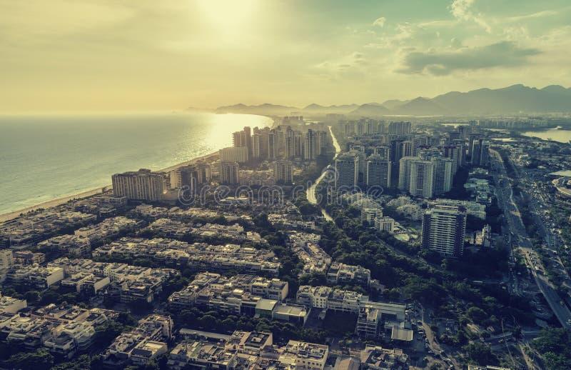 Rio de Janeiro Barra da Tijuca med flyg- sikt för solnedgångljus fotografering för bildbyråer