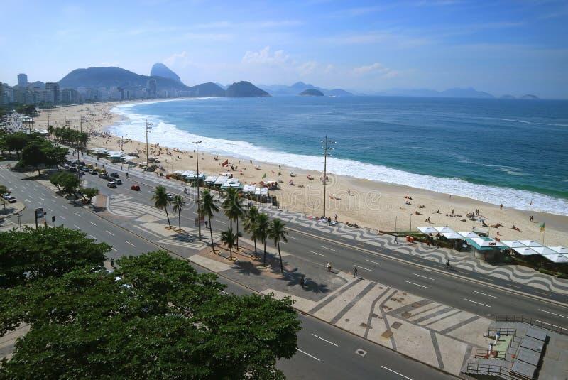 Rio de janeiro, Brasil, o 24 de maio de 2018: Vista aérea impressionante da praia de Copacabana com a montanha de Sugar Loaf na d fotografia de stock