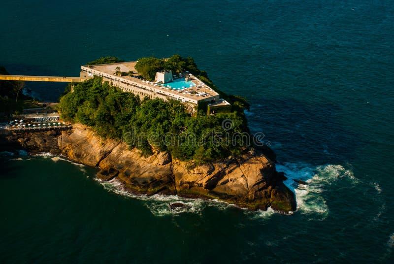 Rio de janeiro, Brasil: Vista aérea de um oceano cercado por um complexo dos montes, das ilhas e das montanhas com florestas nati imagens de stock royalty free