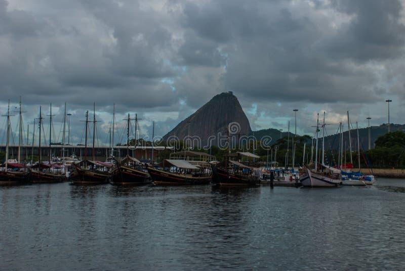 Rio de Janeiro, Brasile: Vista panoramica di mattina della spiaggia e della baia di Botafogo con le sue costruzioni, barche e mon fotografie stock libere da diritti