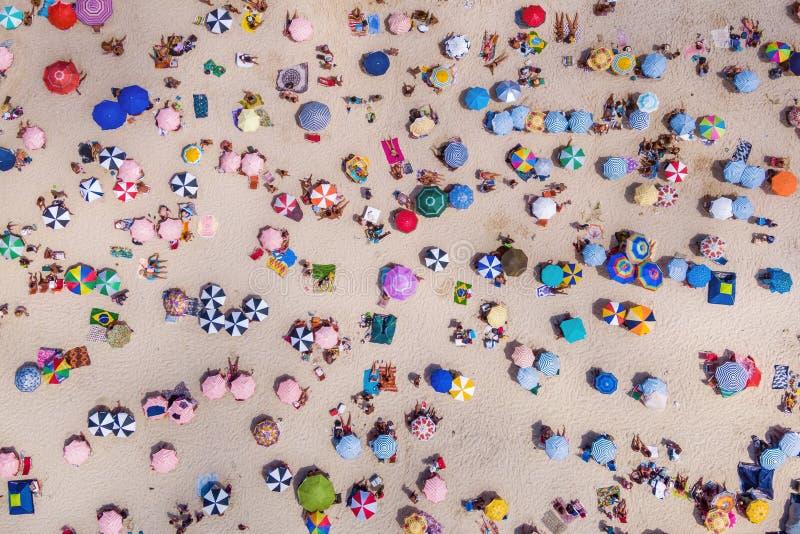 Rio de Janeiro Brasilien, bästa sikt av den Copacabana stranden som visar färgglade paraplyer och folk som kopplar av på en somma royaltyfria bilder