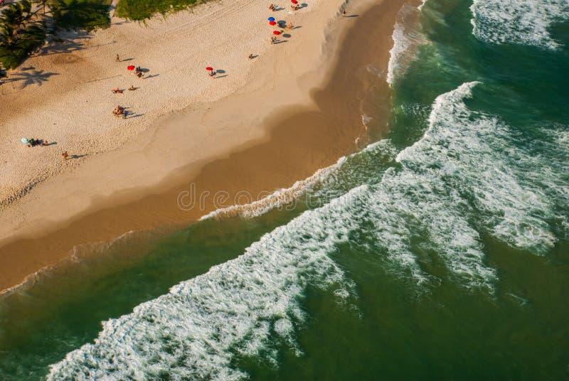 Rio de Janeiro Brasilien: Bästa sikt på havvatten för sandig strand och smaragd arkivbild