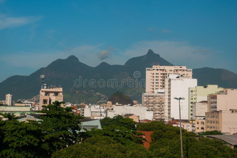 Rio de Janeiro Brasilien: Favela fullsatt brasiliansk slumkvarter i Rio de Janeiro royaltyfria bilder
