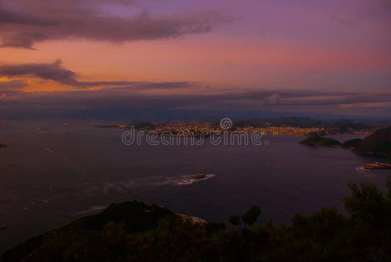 Rio de Janeiro, Brazilië: Nachtmening van het strand, Urca en Botafogo van Copacabana van Sugar Loaf in Rio de Janeiro stock afbeelding