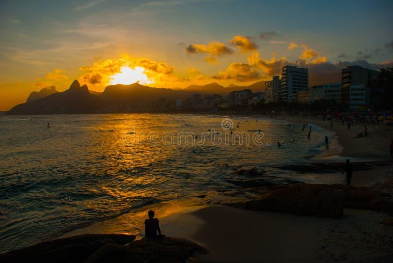 Rio De Janeiro, Brazylia: Ipanema plaża Piękny krajobraz z morzem i plaża przy zmierzchem fotografia stock