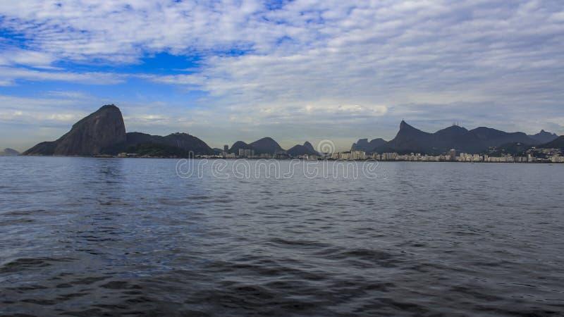Rio de Janeiro e la bellezza delle montagne e Copacabana tirano fotografie stock libere da diritti