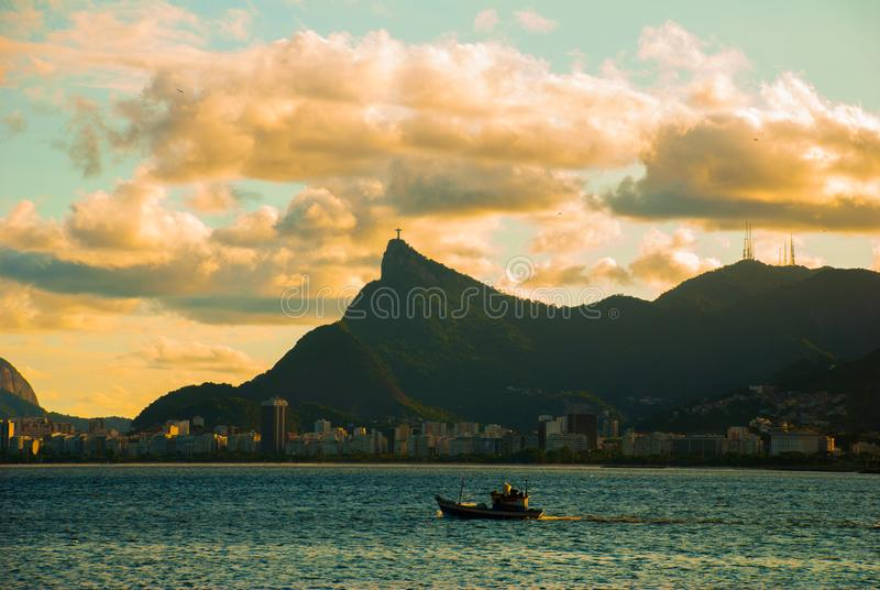 RIO DE JANEIRO, EL BRASIL: La señal famosa de Rio de Janeiro - Cristo la estatua del redentor en la montaña de Corcovado Hermoso fotografía de archivo
