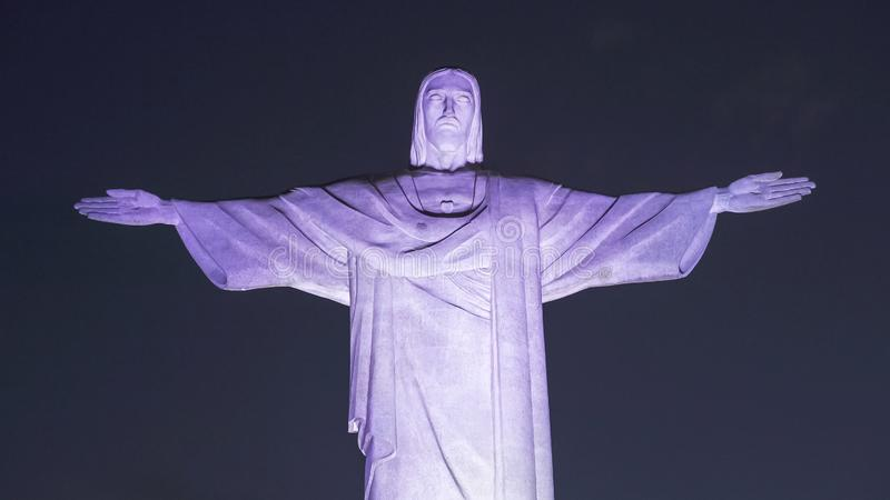 RIO DE JANEIRO, EL BRASIL 26, MAYO DE 2016: cierre de la noche para arriba de Cristo la estatua del redentor en Río en la noche foto de archivo