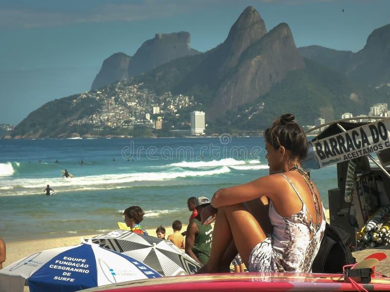 RIO DE JANEIRO, EL BRASIL 24, MAYO DE 2016: persona que practica surf de sexo femenino en la playa del ipanema en Río de Janeiro imágenes de archivo libres de regalías